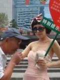 """深圳又现美腿""""卖吻女"""" 街头遭老汉亲吻-9月28日"""