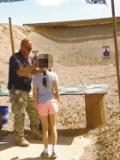 现场:美国9岁女孩练打冲锋枪 误将教官爆头